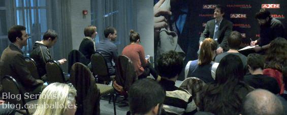 Hugh Dancy respondiéndome una pregunta en el Birraseries de promoción de Hannibal