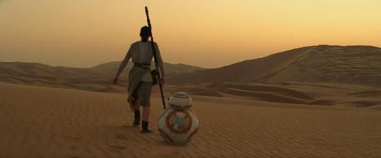 Rey y BB-8 en el desierto del planeta Jakku