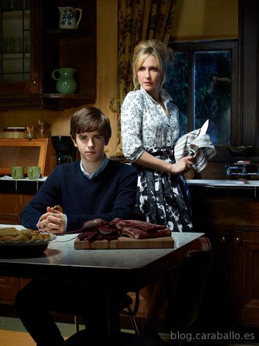 Bates Motel. Norman (Freddie Highmore) junto a su madre Norma (Vera Farmiga).
