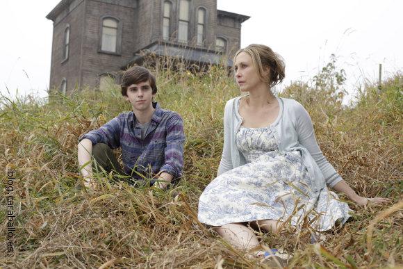 Bates Motel. Norman (Freddie Highmore) y su madre Norma (Vera Farmiga) junto a la casa de Psicosis.