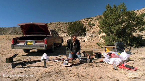"""Breaking Bad Finale. Episodio 5x16. Felina. Walter prepara a lo MacGuiver la M-60 tarareando la canción de Marty Robbins """"El Paso""""."""