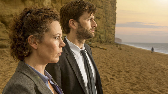 Broadchurch. Olivia Coldman y David Tennant interpretan a los detectives DS Ellie Miller y DI Alec Hardy.