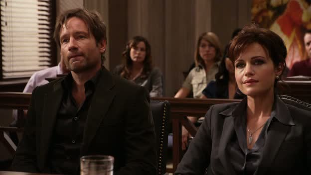Californication. Abby y Hank esperan la sentencia.