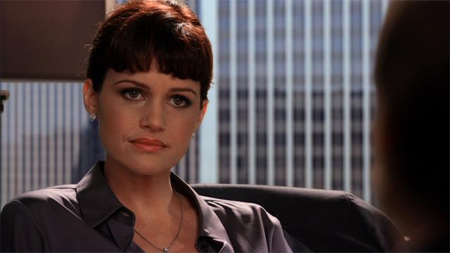 Carla Gugino en el papel de la abogada Abby Rhodes en Californication