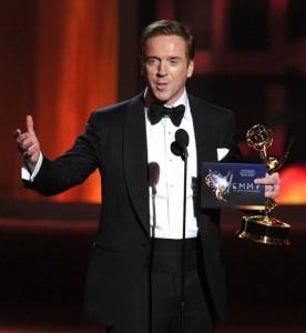 Damian Lewis con el Emmy 2012 a mejor actor principal de drama.