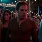 Debra acaba por seguir irremediablemente a Dexter en su siniestro devenir