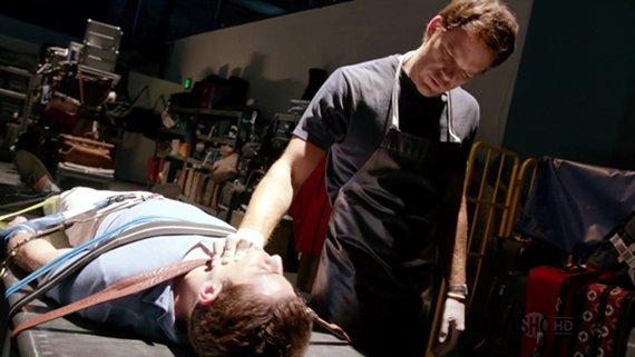 """Dexter """"trabajando"""" en un nuevo caso..."""