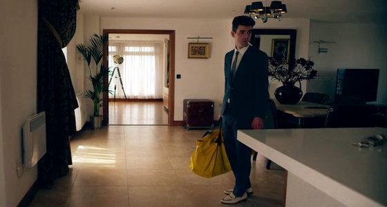 Lee, el hombre del bolso amarillo