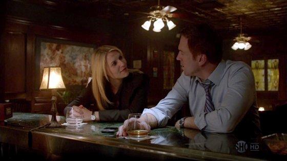 Carrie y Nicholas. Encuentro en la barra de un hotel.