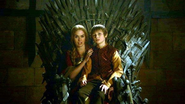 Game of Thrones T02E09. Cersei y Tommen esperan en el Trono de Hierro.