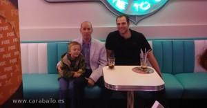 Greg Garcia, su hijo y Alberto Rey