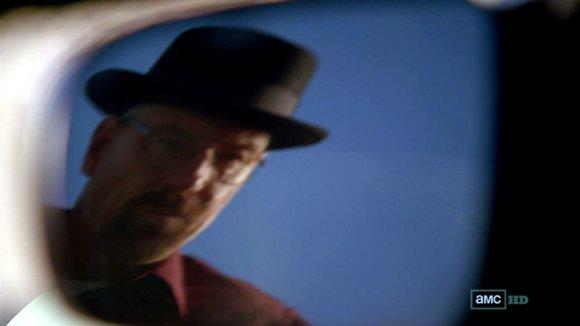 Walter se mira al espejo. Hello Mr Heisenberg!