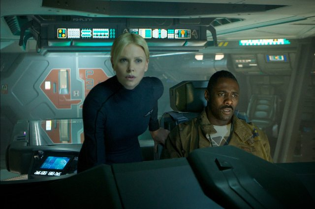 Idris Elba y Charlize Theron  a bordo de la Prometheus.