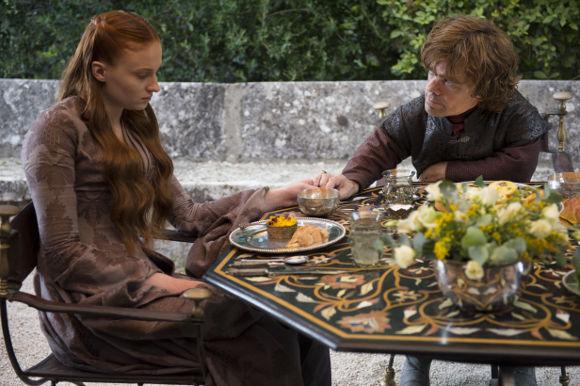 Juego de Tronos 4x01 - Dos Espadas - Tyrion consuela a Sansa