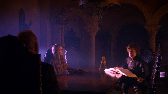 Juego de Tronos - Besada por el Fuego. Tywin, Cersei, y Tyrion Lannister, en una entrañable reunión familiar.