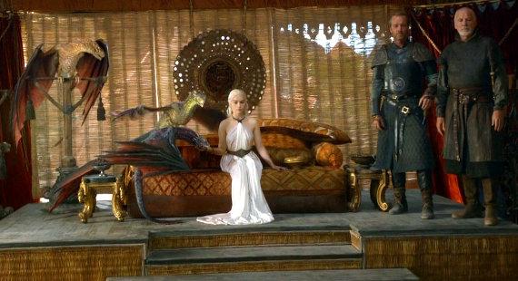 Juego de Tronos - El Oso y la Doncella. Daenerys, Jorah Mormont y Ser Barristan Selmy, con sus dragones