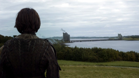 Juego de Tronos - Las Lluvias de Castamere. Arya y El Perro llegan a Los Gemelos