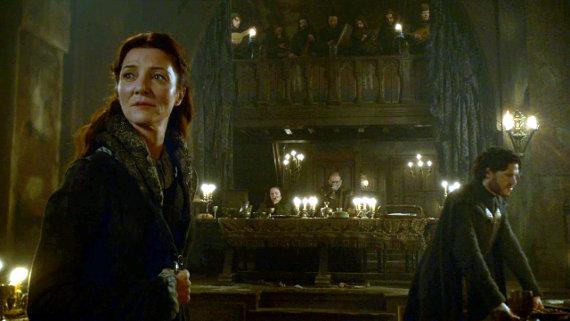 Juego de Tronos - Las Lluvias de Castamere. Cat escucha con temor la siniestra canción de los Lannister