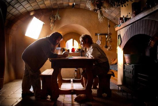 Peter Jackson planificando cómo destrozar la siguiente escena ante un enmudecido Martin Freeman