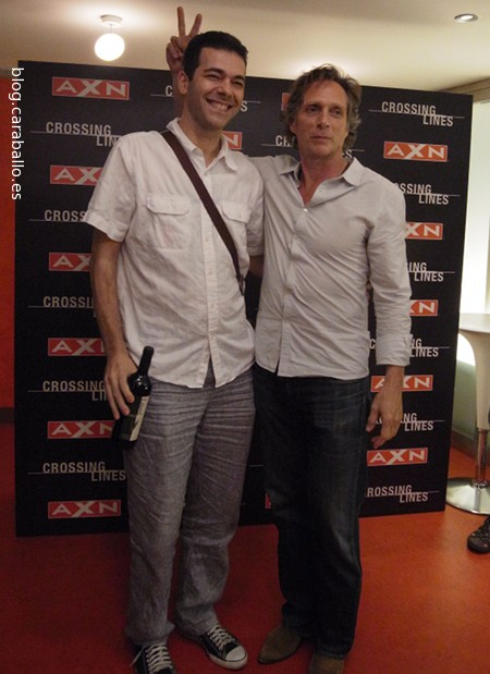 Photo Call con William Fichtner en el preestreno de Crossing Lines. Mientras él me ponía los deditos yo le quitaba la cartera - Foto: Amanda Díaz.