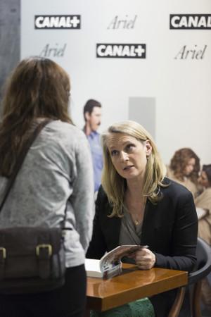 Piper Kerman firmando sus libros  - Foto: Enrique Cidoncha