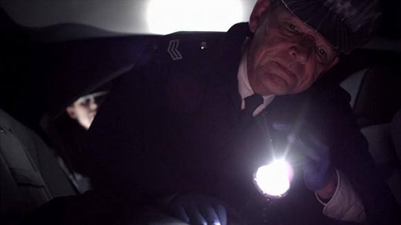 La investigación por parte de la policía. El Sargento Foley (David Schofield) en la escena del crimen.