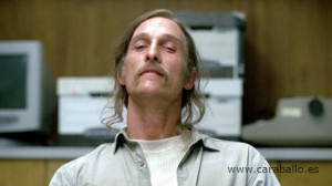 True Detective - True Detective - The Secret Fate of All Life. Rust Cohle y las cartas sobre la mesa