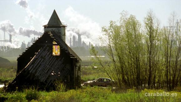 True Detective. Seeing Things (Visiones). Una estampa del sur: una iglesia, una refinería.