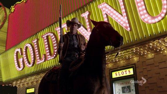 Vegas. Dennis Quaid cabalga bajo las luces del Golden Nugget.
