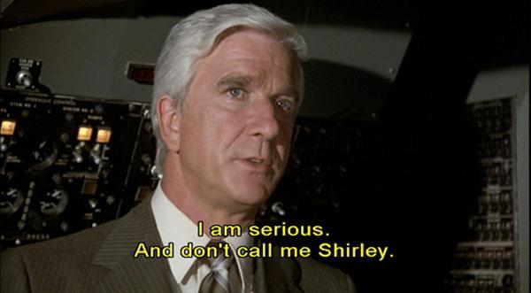 """Leslie Nielsen en la película """"Airplane!"""" (1988)"""